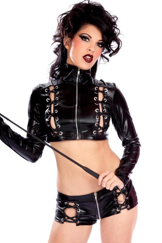 бдсм девушка фото в костюме состоящем из кожаного топа с перевязкой по краям и застегивающегося на молнию по середине и таких же шорт, в руках держит хлыст, яркий макияж, рот похотливо открыт