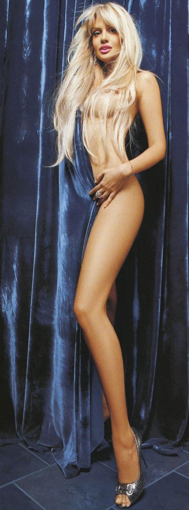 Виктория Лопырева фото голая слегка прикрылась синей портьерой