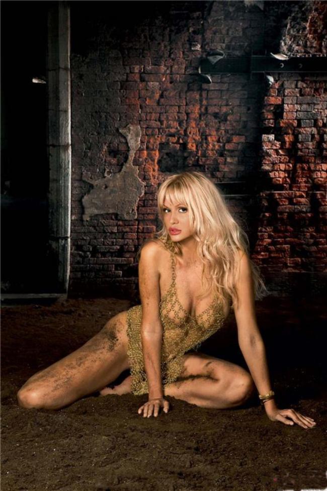 Виктория Лопырева горячие фото в прозрачных с рисунком колготах и платье в очень крупную сетку практически голая