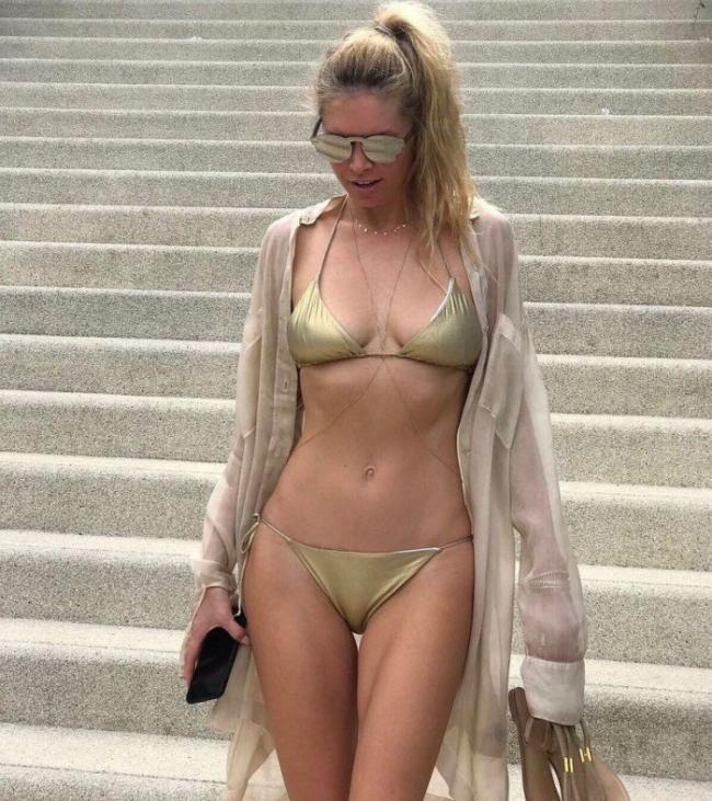 вера брежнева фото в купальнике бикини золотистого цвета в солнечных очках спускается по лестнице