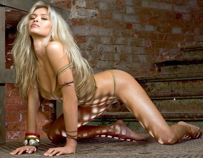 вера брежнева фото стоит на коленях в золотистых трусиках бикини и майке, на руках браслеты