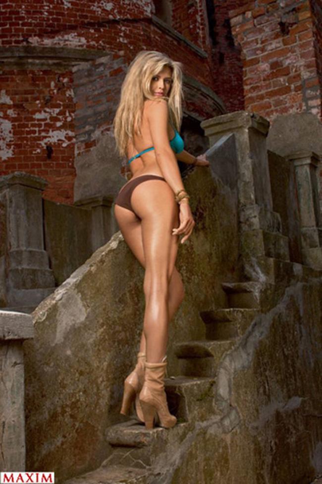 вера брежнева фото в купальнике на каблуках стоит на лестнице вид сзади и снизу