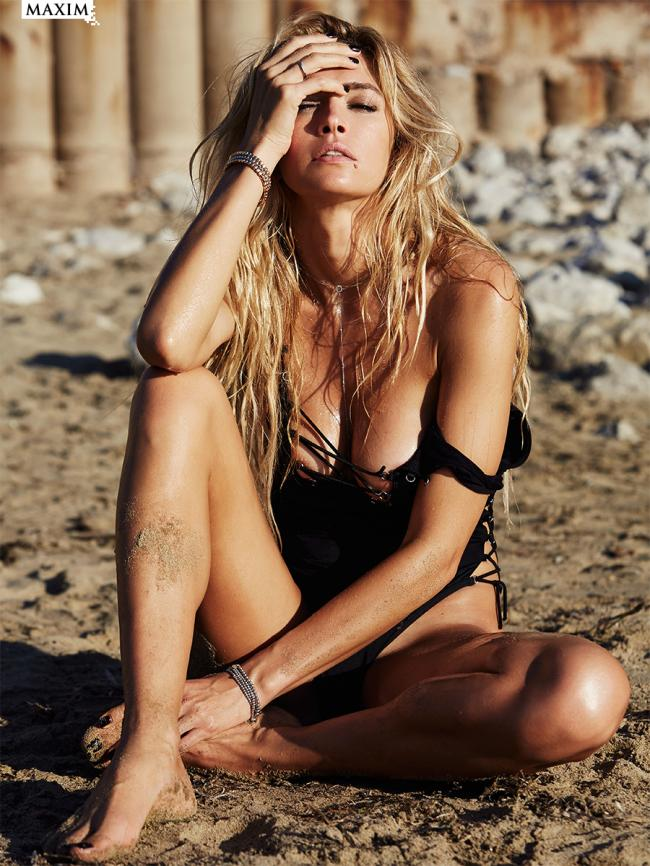 вера брежнева фото сидит на попе на песке скрестив ноги