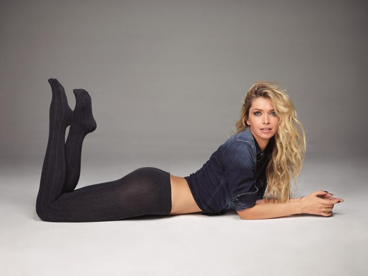 вера брежнева фото в черных плотных колготах лежит на животе согнув ноги в коленях в джинсовом пиджаке