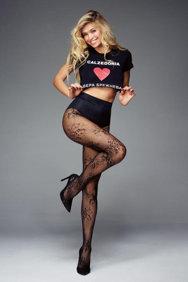 вера брежнева фото в черных с рисунком колготках в туфлях на каблуках короткий топик высокие трусики стоит игриво подняв ножку