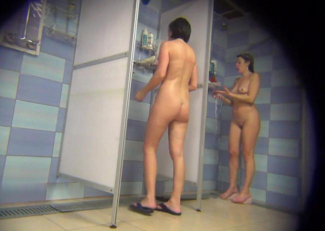 Голые женщины в душе моются