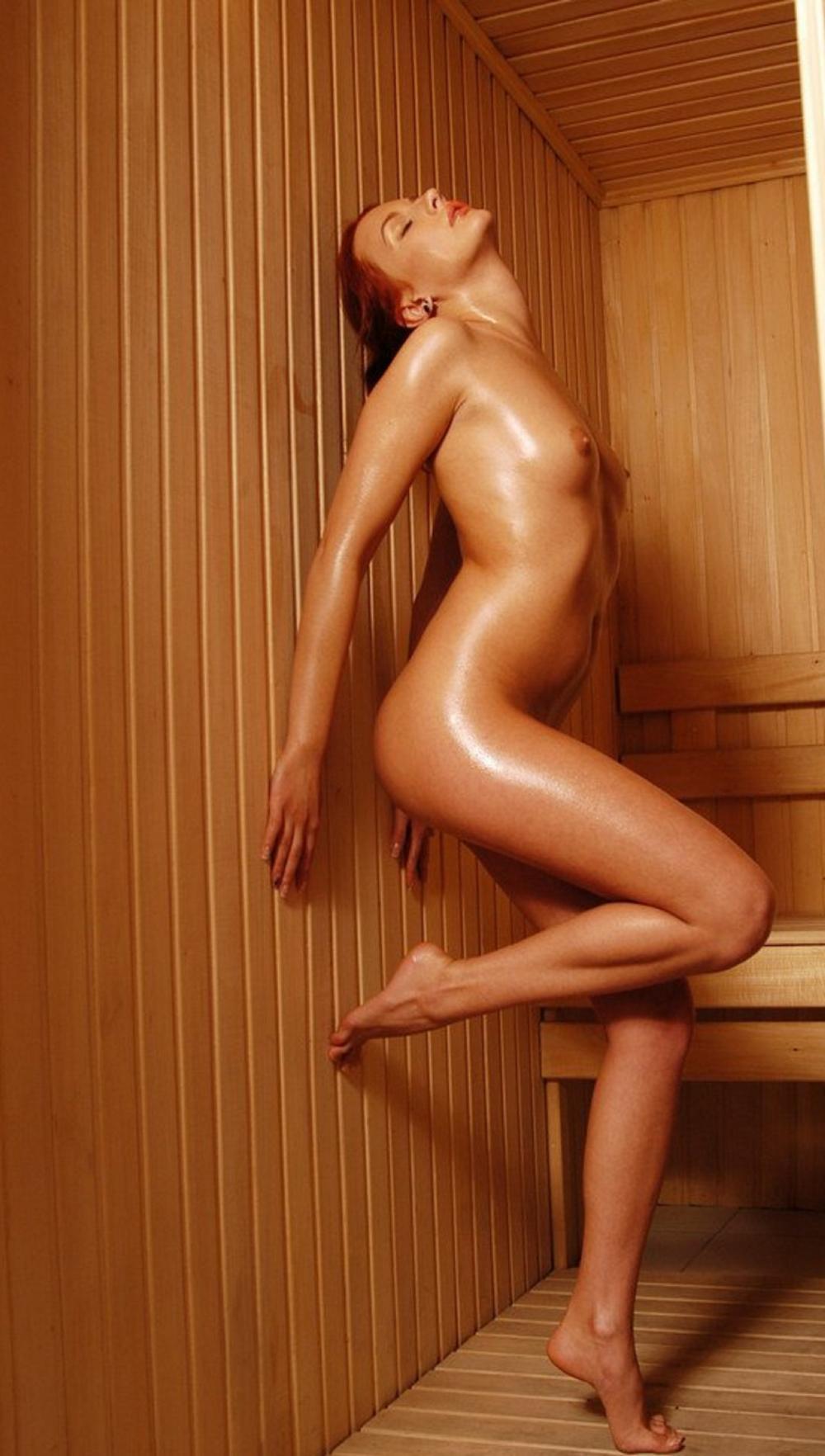 сауна голые девушки фото стоит вся в поту прислонившись спиной к стене, голову подняв вверх, согнув правую ногу в колене