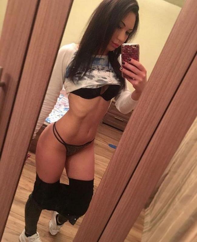 фото девушек социальной сетях ню девушка стоит напротив зеркала со спущенными лосинами и приподнятым свитером.Красивые черные стринги и лифчик.