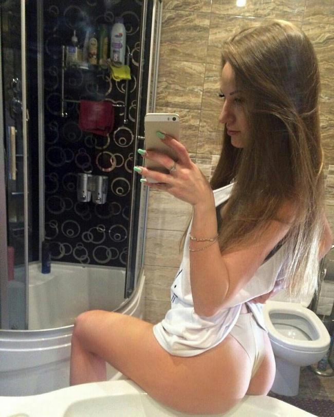 фото из социальных сетей красивая девушка с длинными русыми волосами сидит красивой попой на раковине в ванной комнате и фотографирует себя
