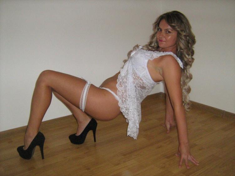 фото из социальных сетей шикарная блондинка в сексуальном белом нижнем белье в черных туфлях на высоком каблуке в интересной позе