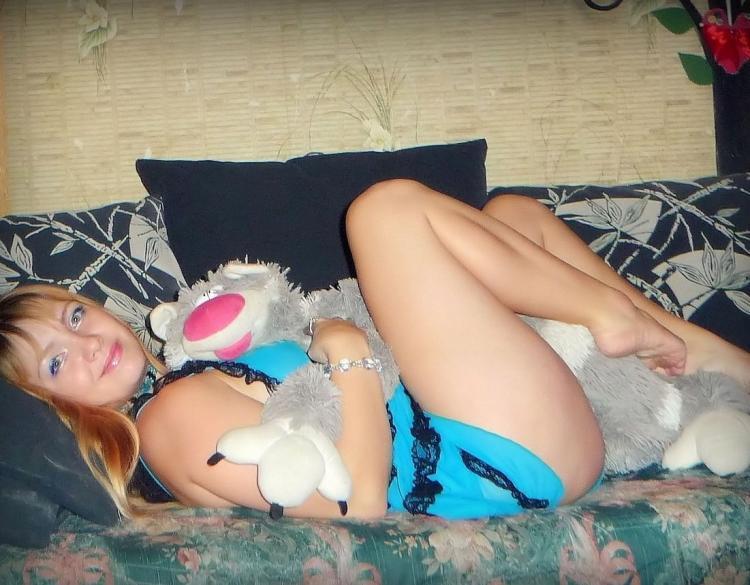 фото из социальных сетей девушка лежит на диване обняв мягкую игрушку ногами