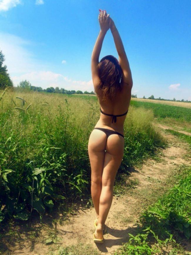 фото из социальных сетей девушка в черном купальнике в поле подняв руки стоит спиной, маленькая попа.