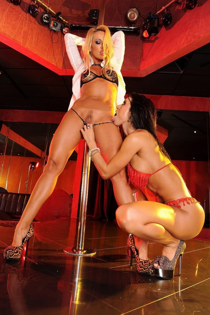 порно со стриптизершей лесбиянки у шеста на каблуках в нижнем сексуальном белье