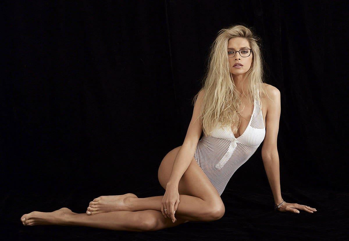 вера брежнева фото в белой в сеточку майке сидит в очках на полу , стройные ножки, глубокое декольте