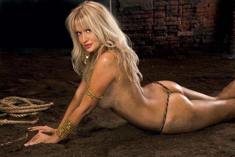 Виктория Лопырева фото голая лежит на животе опираясь на руки в браслетах