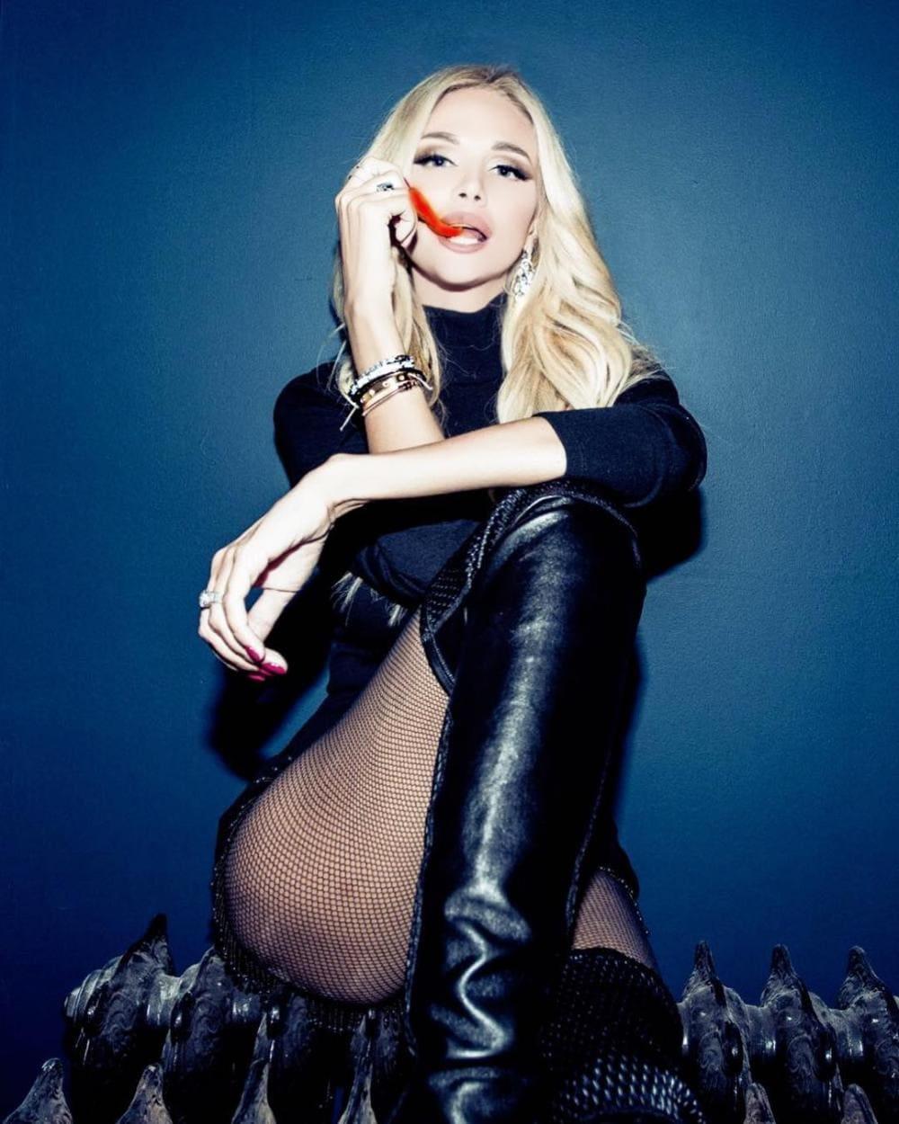 Виктория Лопырева горячие фото вся в черном с красной перчинкой во рту
