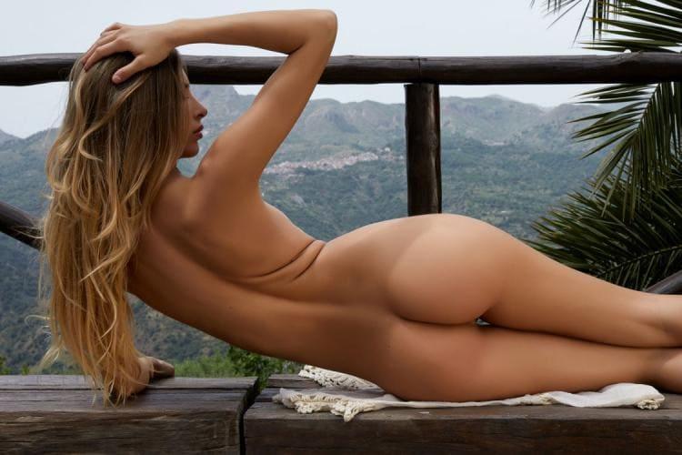 Сексуальные блондинки голые лежит на боку на скамейке вид сзади на шикарную попу, руки, плечи
