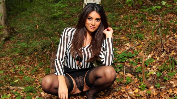 идит на корточках в лесу в чулках раскрыв ножки симпатичная девушка.