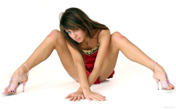 Фото девушек с раздвинутыми ножками широко их раскинула в босоножках и коротком красном пеньюаре