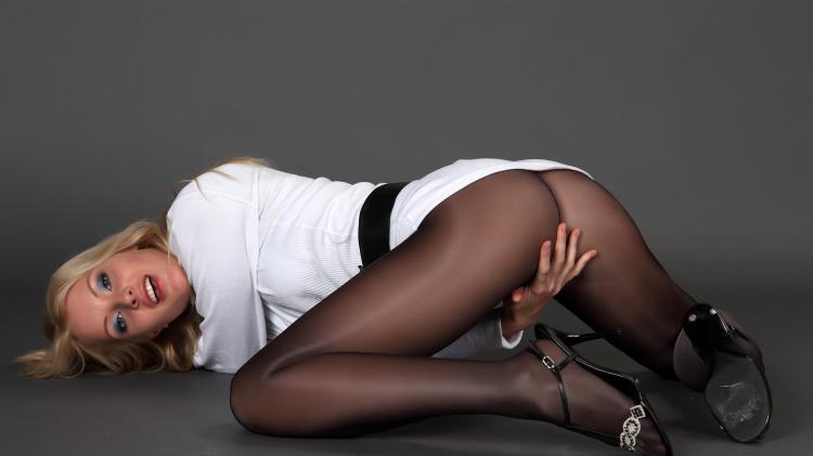 Раздвинула ноги поза интересная в черных капроновых колготках рукой прикрывает письку.