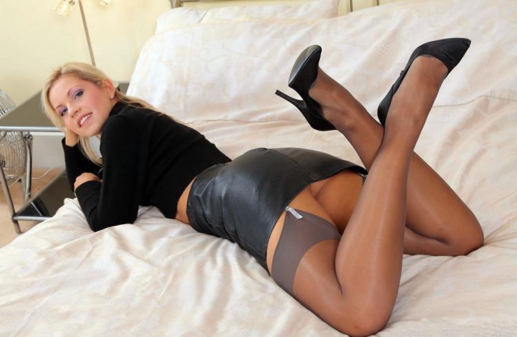 Девушки в юбках раздвигают ножки лежит на животе в чулках, короткой черной кожаной юбке туфли на каблуке
