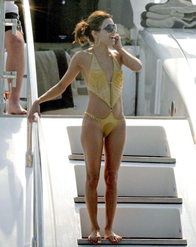 Ева в желтом купальнике.