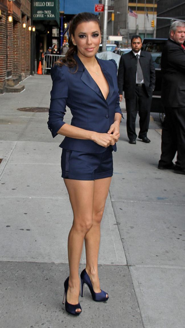 Ева в шикарном синем костюме короткая юбка , туфли на высоком каблуке.