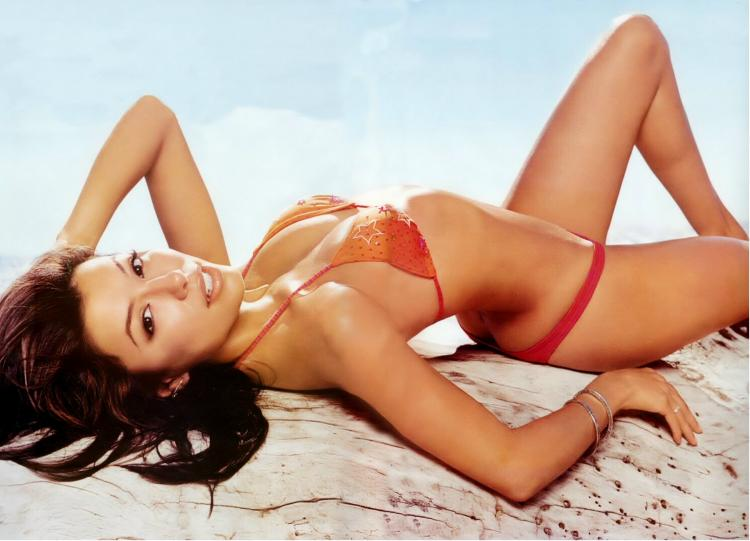 Секси Ева в красном купальнике бикини красиво лежит.