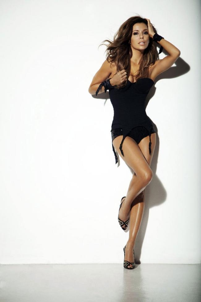 Секси Ева Лонгория в красивом черном корсете. в туфлях на высоком каблуке.