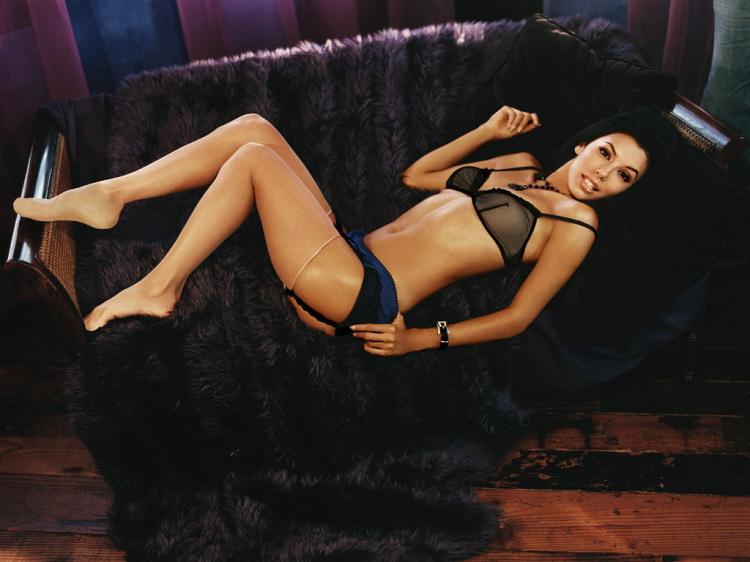 Ева лежит на диване в прозрачном нижнем белье.