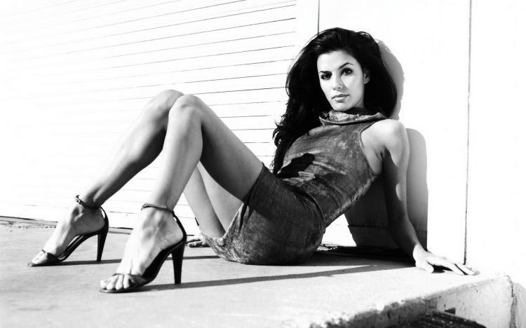 Черно-белое фото евы в шикарной позе на высоком каблуке.