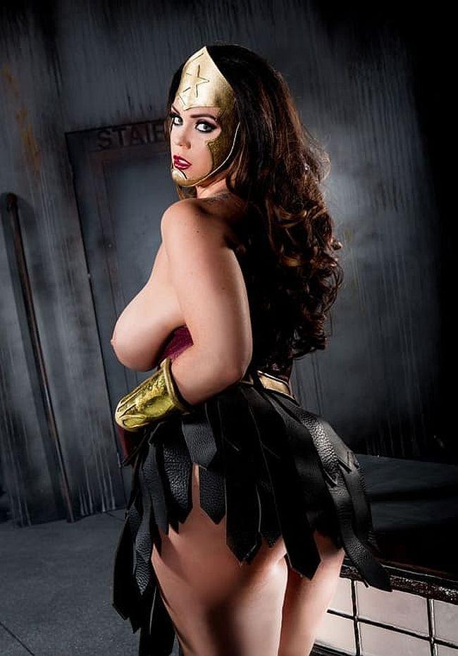 голые косплеерши соло девушка стоит в пол оборота показываю жопу в юбке из лент и голые сиськи смотрит похотливым взглядом