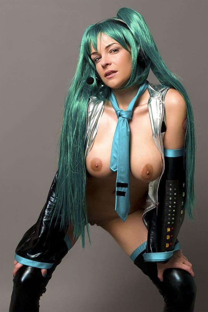 голые косплеерши фото девушки с длинными зелеными волосами и голыми сиськами стоит нагнувшись вперед, ноги слегка раздвинула и согнула в коленях, руки положила на колени, на шее галстук синего цвета