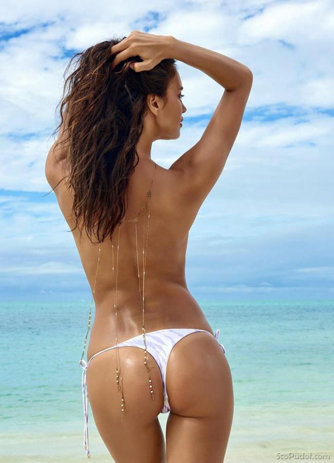 Ирина Шейк в белых стрингах со спины.