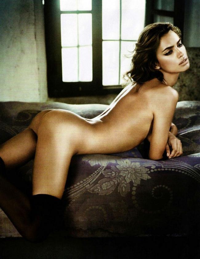 Ирина Шейк голая в позе раком в чулках.
