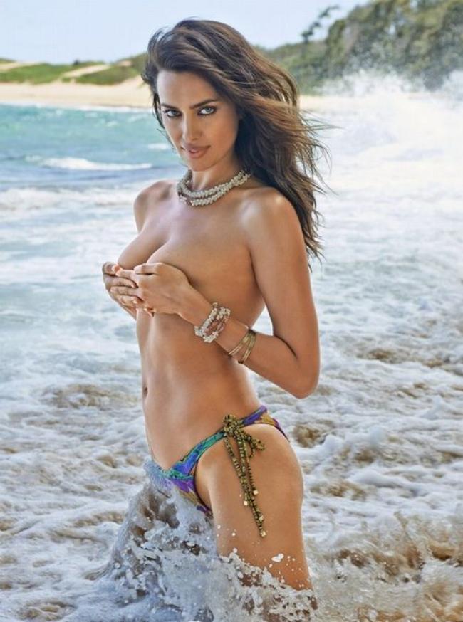 Ирина Шейк прикрывает грудь без лифчика но в трусиках.