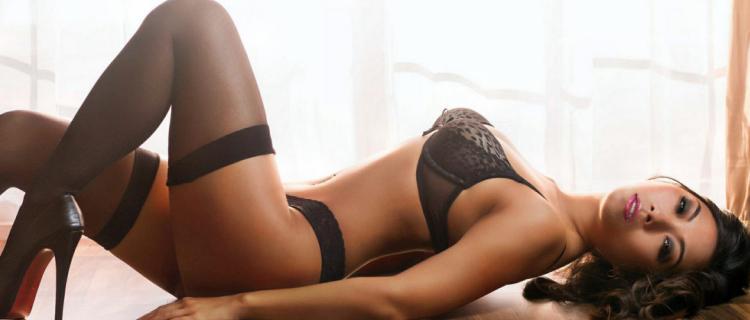 фото красивых брюнеток шикарное нижнее белье тонкие черные чулки черные лабутены