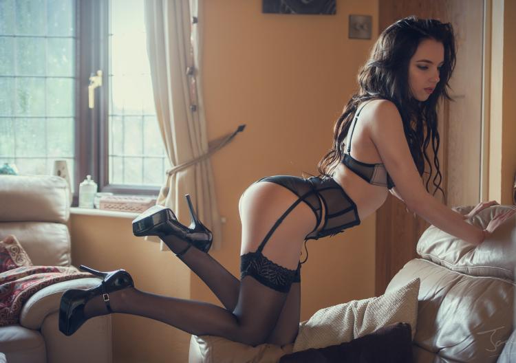 красивые девушки брюнетк длинные волосы чулки на поясе высокий каблук
