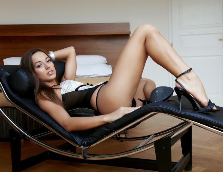 фото красивых брюнеток лежит на спине левая нога согнута в колене, босоножки на высоком каблуке