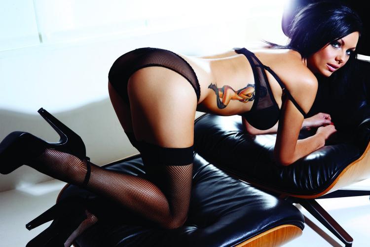 фото красивых брюнеток чулки, каблуки, нижнее белье, стоит на коленях в кресле показывает цветное тату на боку тату