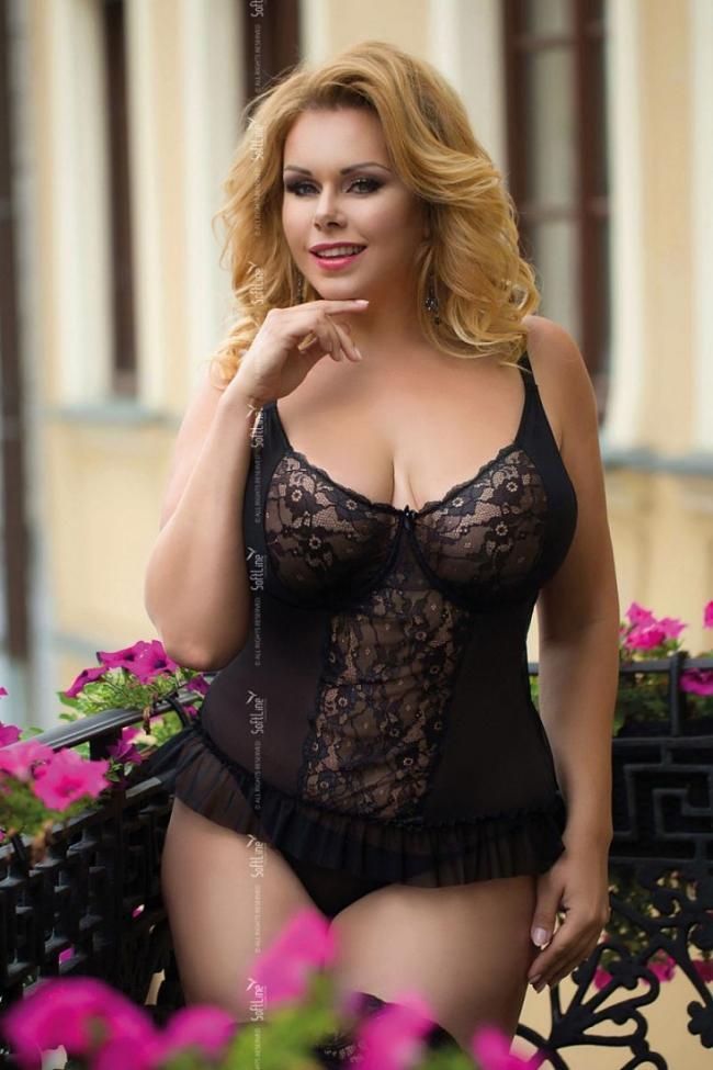 Полная блондинка в черном ажурном корсете.