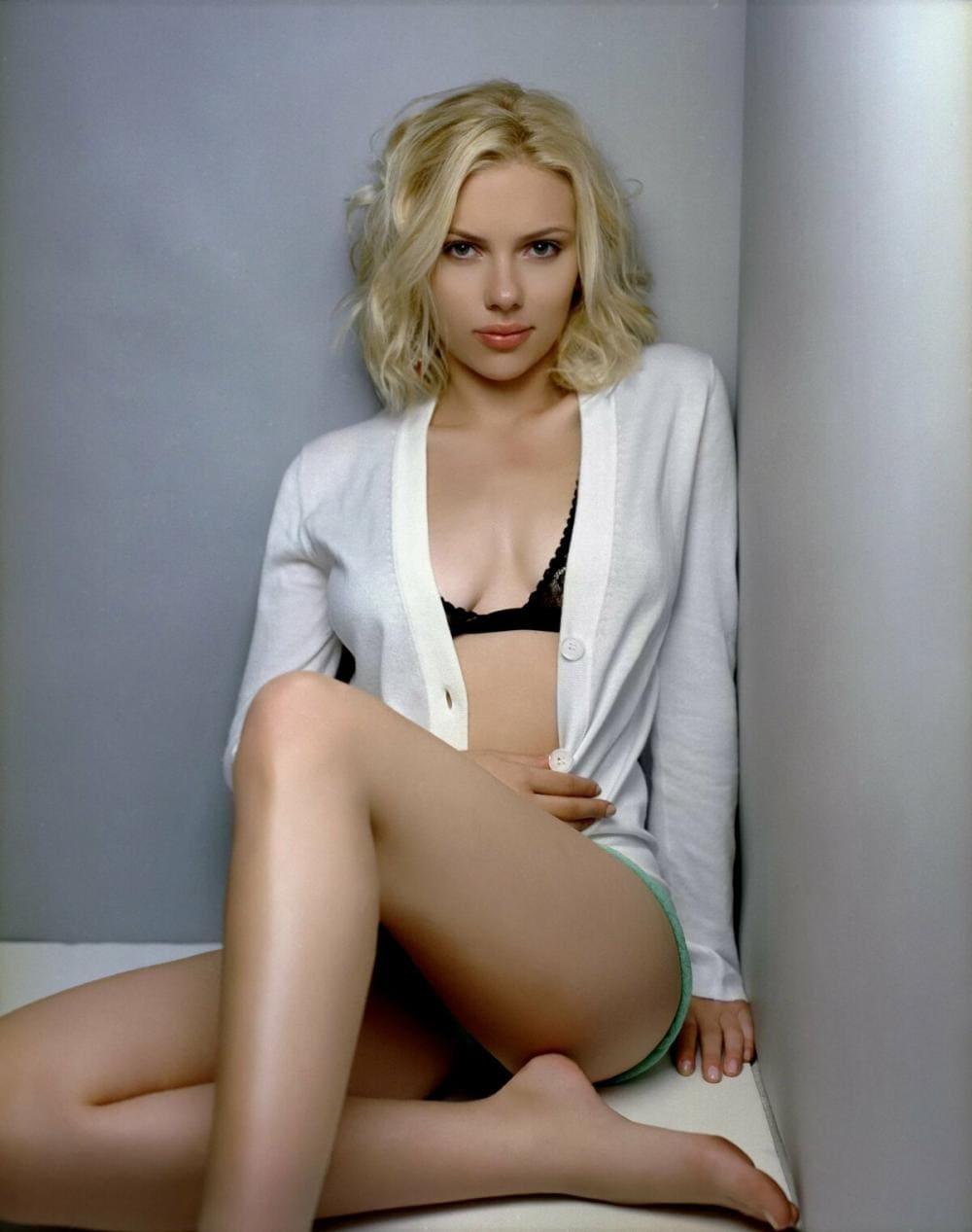 Скарлетт Йоханссон горячие фото сидит в белой расстегнутой кофточки голые ножки скрестила