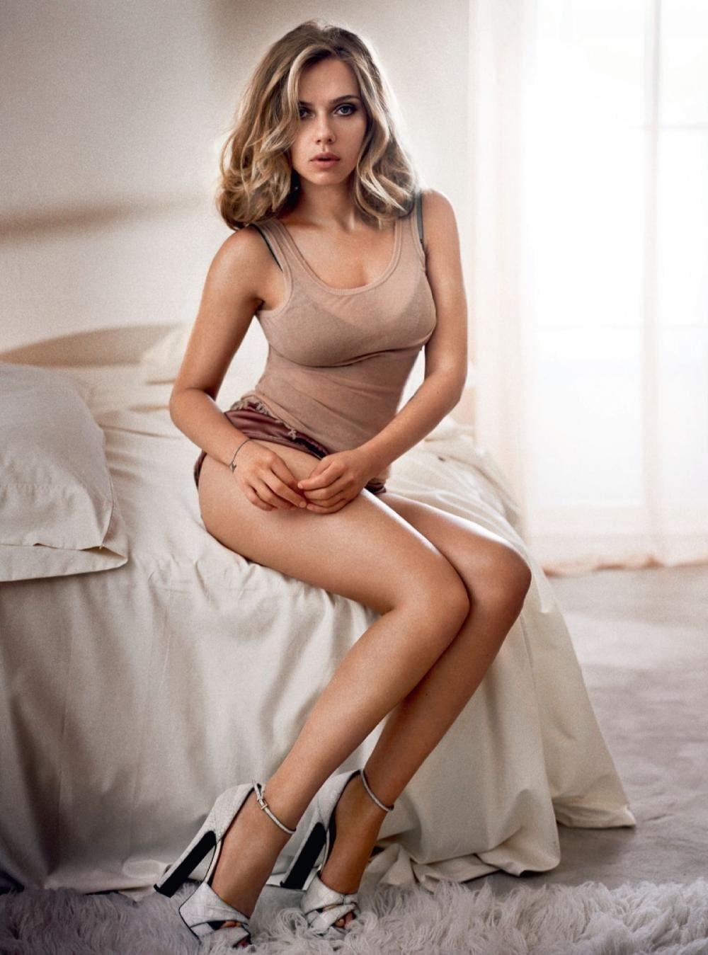 Скарлетт Йоханссон фото сидит на кровати платье задрано,оголила красивые стройные ноги в туфлях на каблуках