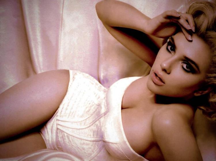 Скарлетт Йоханссон горячие фото одета в белое боди полулежит, декольте грудь