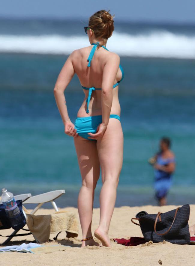 Скарлетт Йоханссон в голубом купальнике на берегу моря стоит задом попраляет трусы