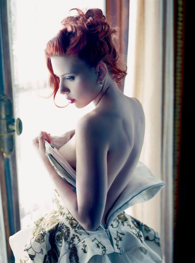 шикарные рыжие волосы, красивая спина немного видна грудь