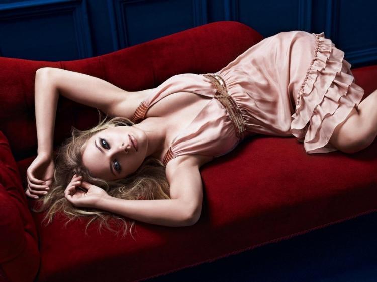 Скарлетт Йоханссон фото лежит на красном диване подняв руки в нежно розовом платье с глубоким декольте