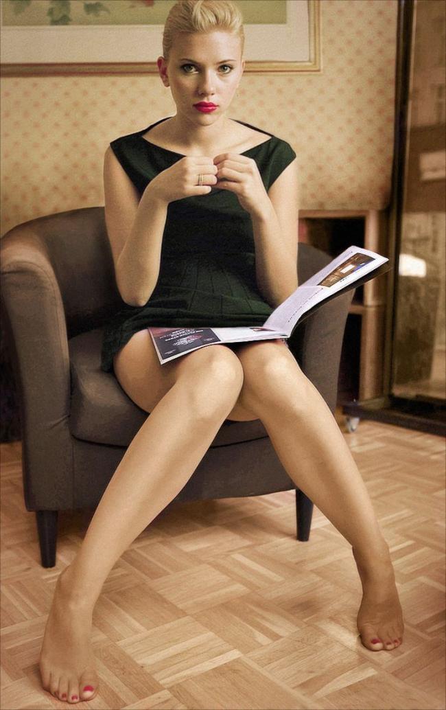 Скарлетт Йоханссон в коротком черном платье сидит в кресле сдвинув раздвинув ноги