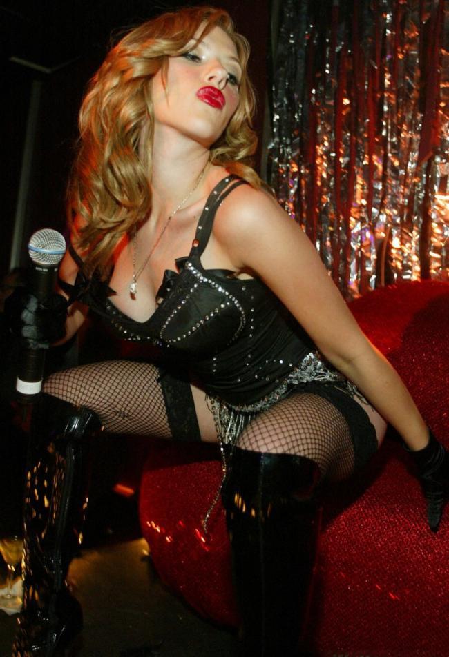 Скарлетт Йоханссон фото ажурные черные чулки высокие сапоги сексуальный воздушный поцелуй