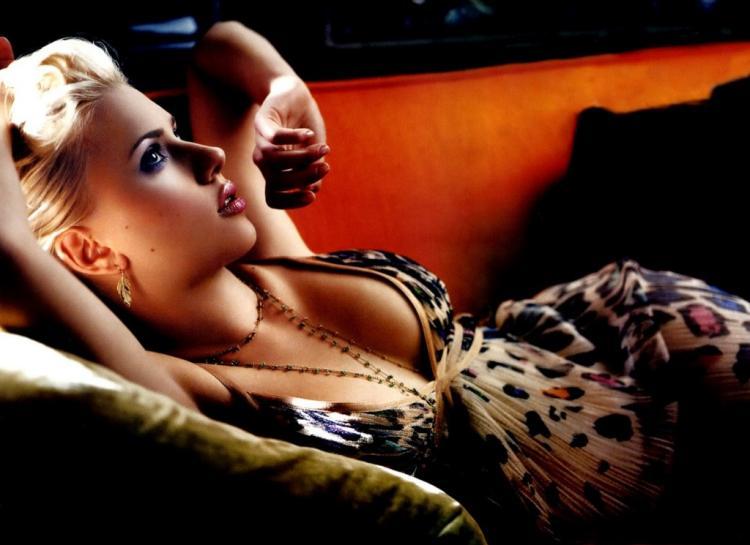 Скарлетт Йоханссон фото в тигровом пеньюаре лежит на красном диване